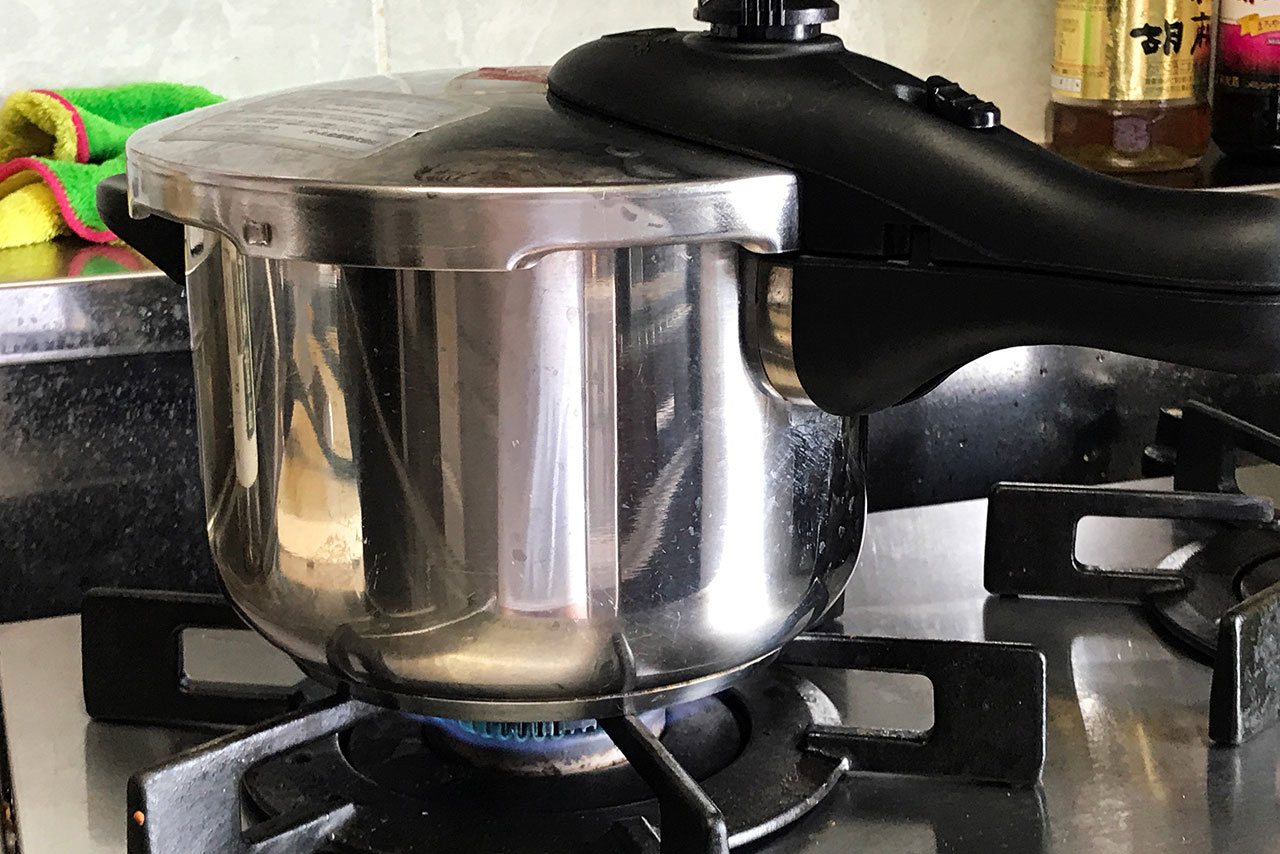 9.30分ほど中火で煮る。圧力鍋なら圧がかかってから10分加熱する。