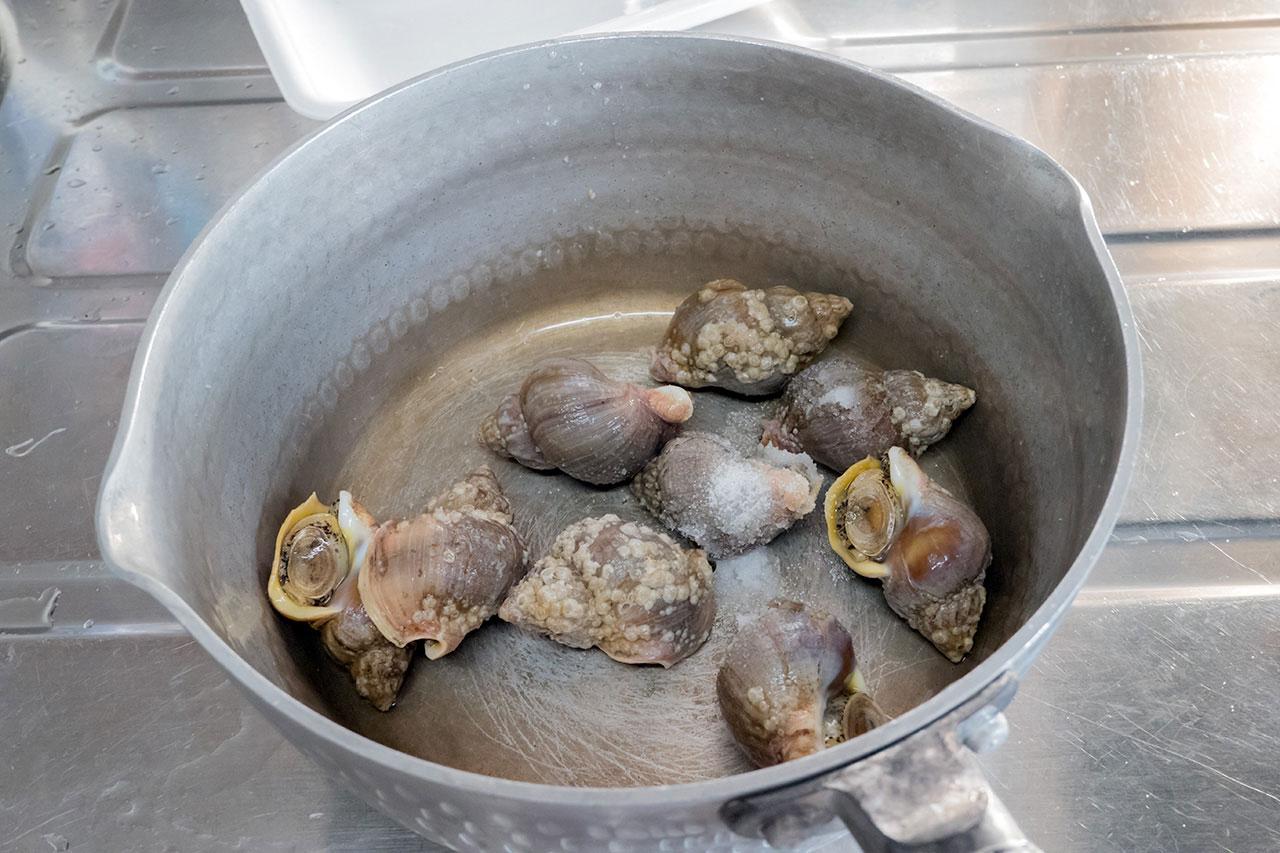 1.鍋に貝を入れ、塩 大さじ1を加えてよくもんで、表面の滑りを取る。
