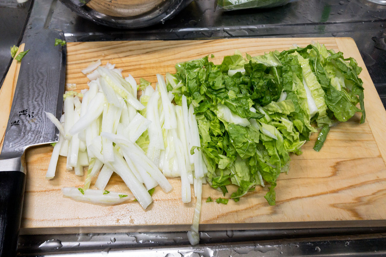 4.白菜は葉を横に4等分してから縦にして、葉は短冊切りに、茎は薄切りにする。