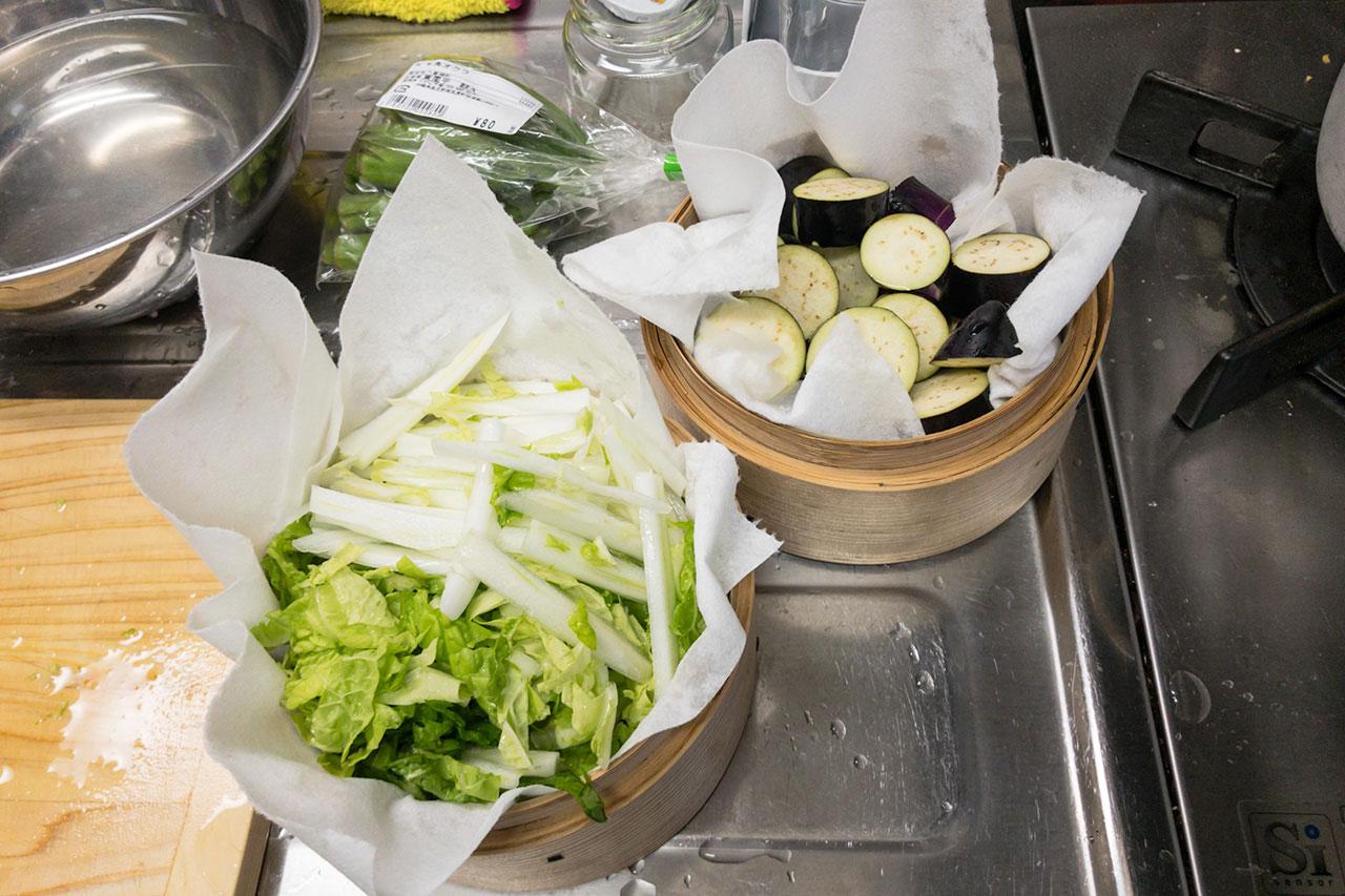 5.せいろになすと白菜をセットする。