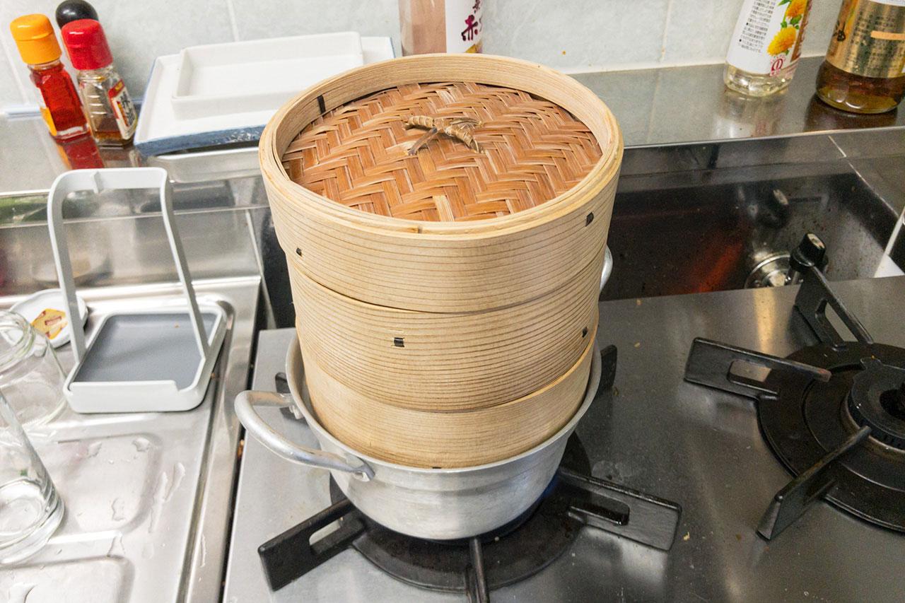6.なすのせいろを下にして蒸し器にかけ、強火で15分加熱する。