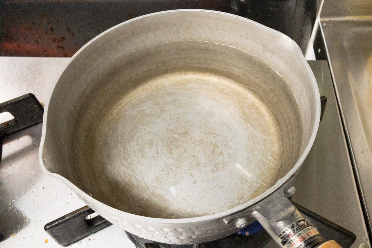 9.鍋に水を1リットル入れて強火にかける。
