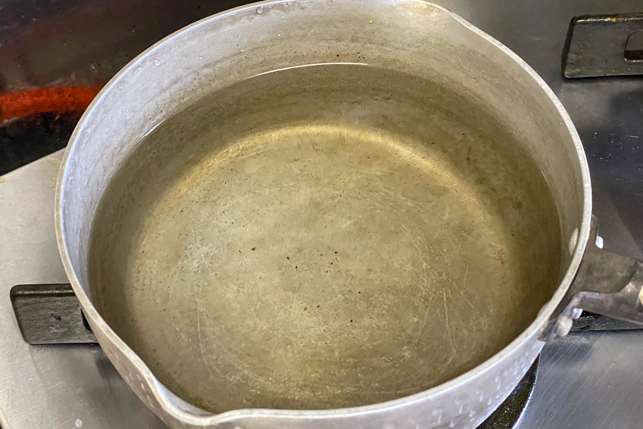 5.パスタを茹でる鍋に水を入れて強火で加熱する