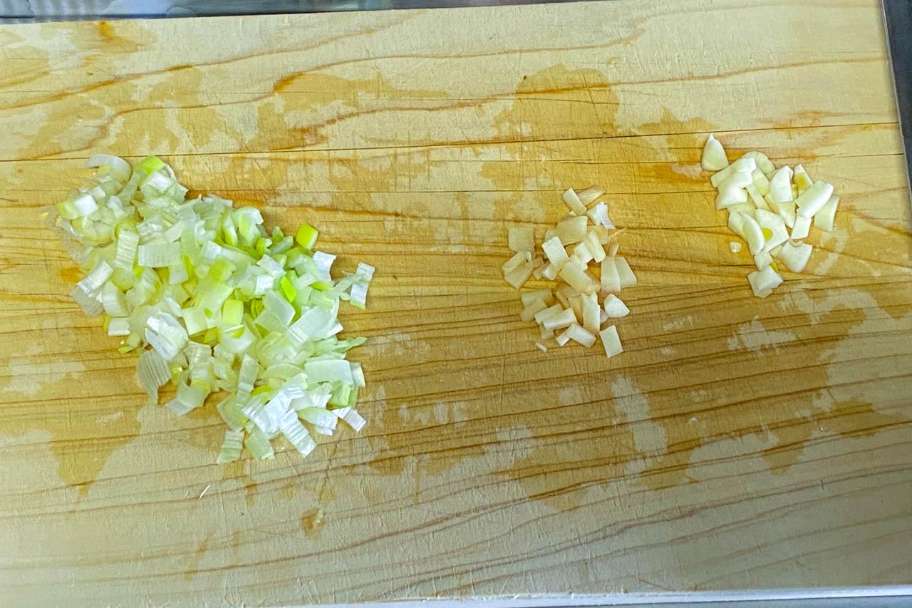 1.長ネギ、生姜、ニンニクを粗みじん切りにする