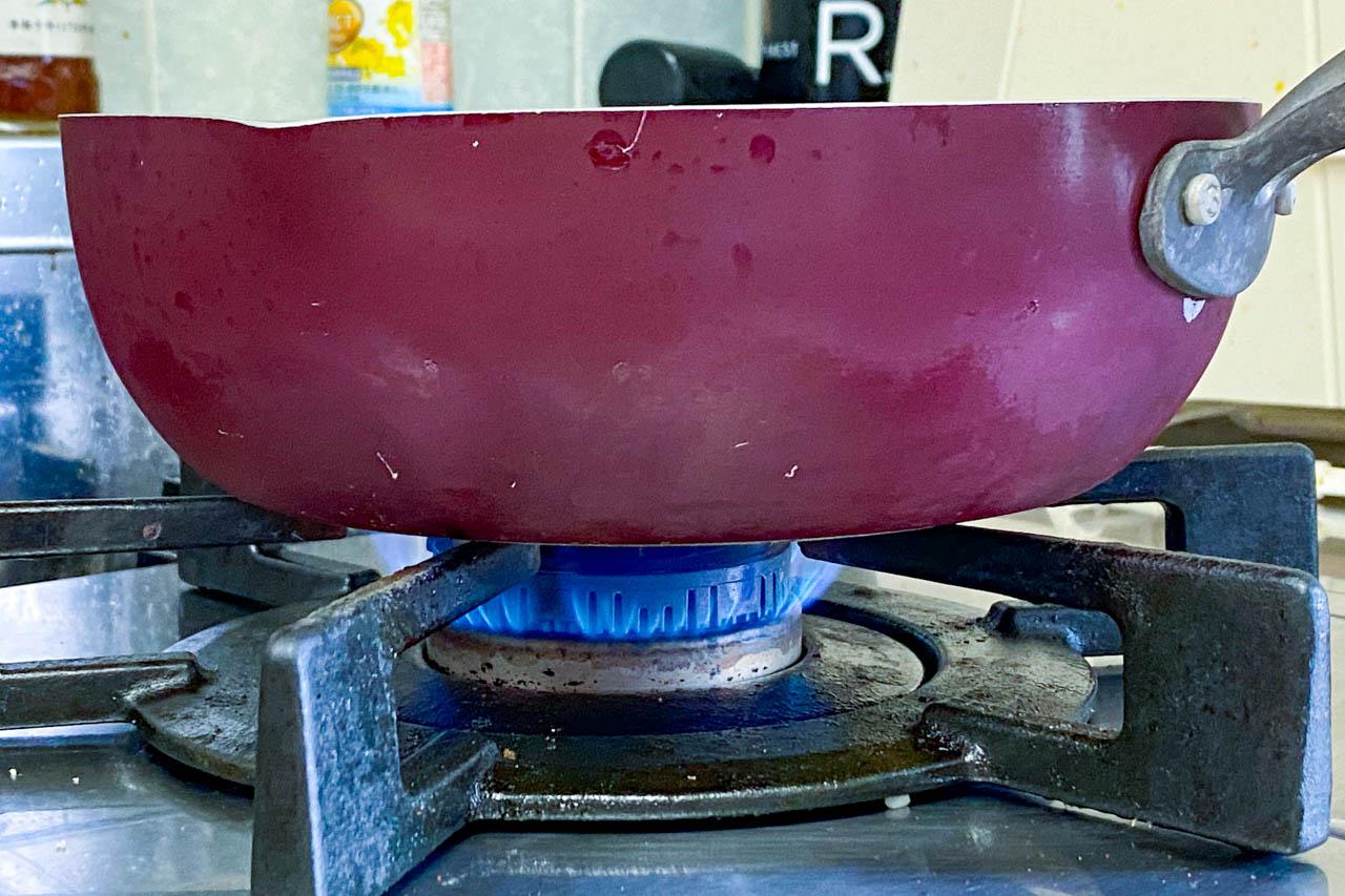 5.弱火で5分加熱する