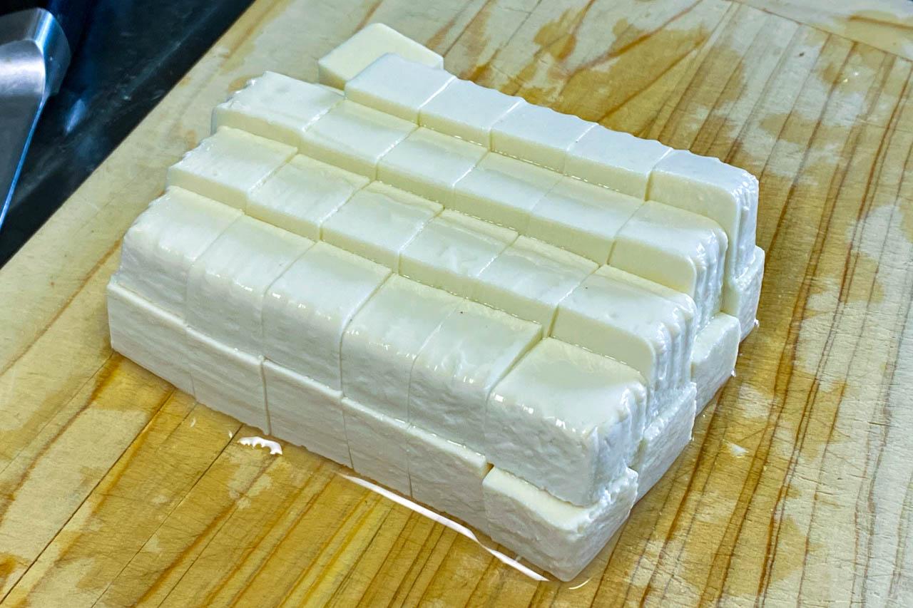 6.豆腐を1~2センチ角に切る