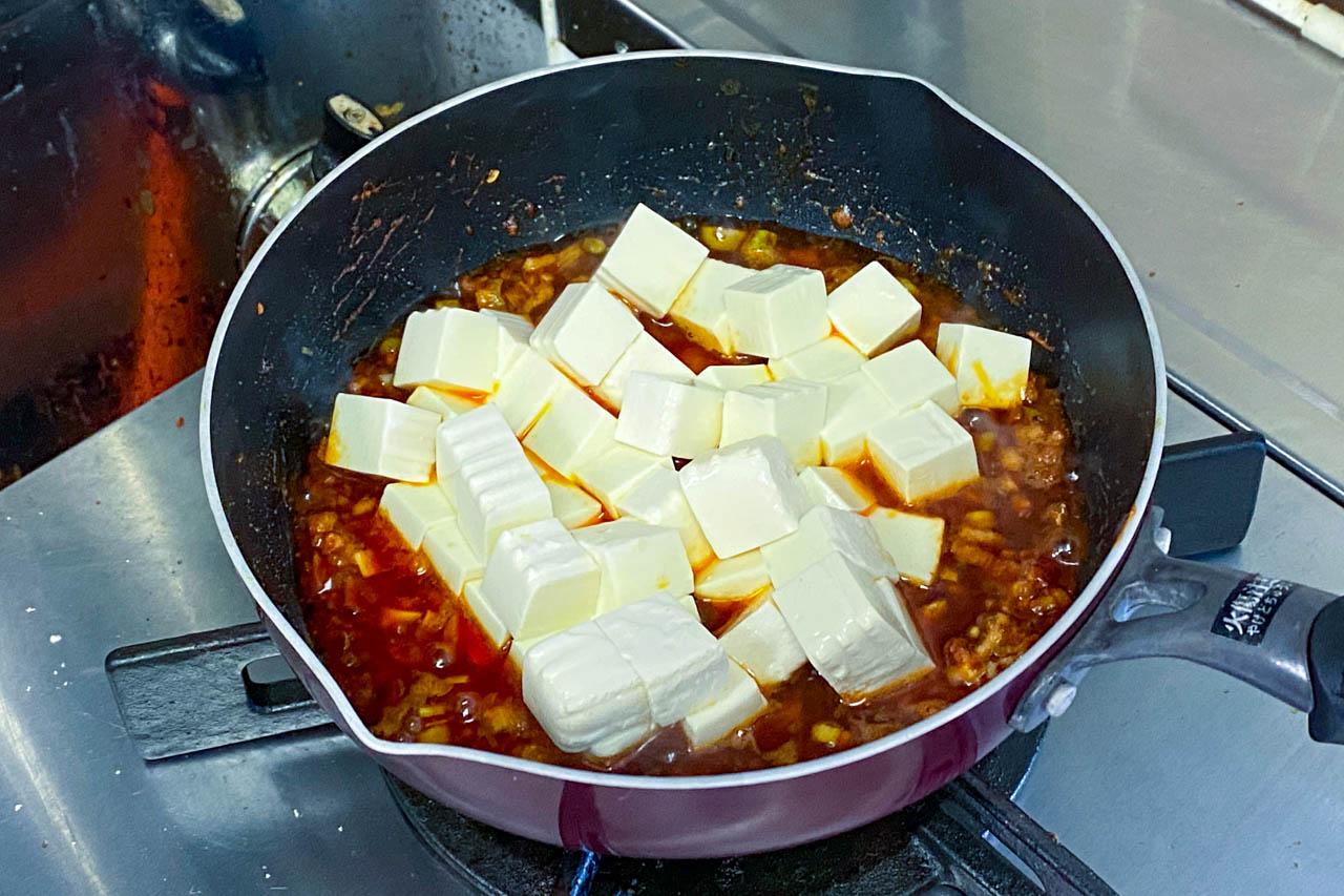 8.全体を軽く混ぜて豆腐を入れて5分加熱する